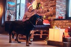 Um homem com um cão Imagens de Stock Royalty Free