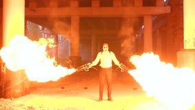 Um homem com composição Dia das Bruxas de esqueleto que guarda duas tochas com uma chama forte vídeos de arquivo
