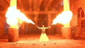 Um homem com composição Dia das Bruxas de esqueleto que guarda duas tochas com uma chama forte video estoque