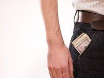 Um homem com dinheiro em seu bolso Imagem de Stock