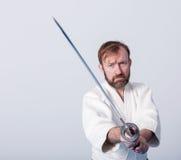 Um homem com katana está pronto para atacar Imagens de Stock Royalty Free