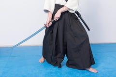 Um homem com katana está pronto para atacar Fotografia de Stock Royalty Free
