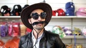 Um homem com um levantamento do chapéu do bigode e de vaqueiro video estoque