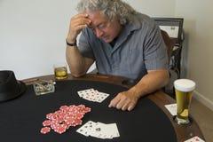 Um homem com microplaquetas do casino fotografia de stock
