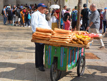 Um homem com pão Fotografia de Stock