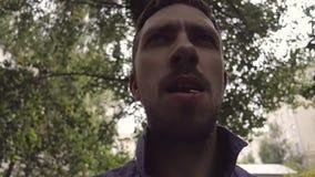 Um homem com um palito video estoque