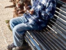 Um homem com seu assento acessível em um banco fotografia de stock