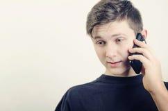 Um homem com telefone Fotos de Stock