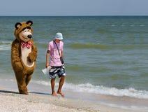Um homem com um urso Foto de Stock