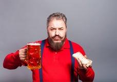 Um homem com um vidro da cerveja Imagens de Stock Royalty Free