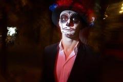Um homem com uma cara pintada de um esqueleto, um zombi inoperante, na cidade durante o dia dia de todas as almas, dia dos mortos fotos de stock