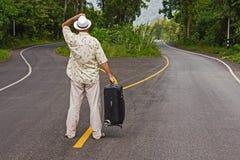 Um homem com uma mala de viagem fotos de stock royalty free