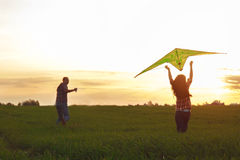 Um homem com uma menina lança um papagaio Fotos de Stock