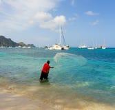 Um homem com uma rede de carcaça nas Caraíbas Fotos de Stock Royalty Free