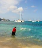Um homem com uma rede de carcaça nas Caraíbas Fotos de Stock