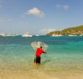 Um homem com uma rede de carcaça nas Caraíbas Imagem de Stock