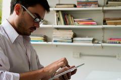 Um homem com uma tabuleta Fotografia de Stock Royalty Free