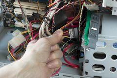Um homem conecta o HDD ao computador de secretária Reparo de equipamento do técnico fotos de stock