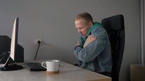 Um homem congela-se no local de trabalho no escritório 4K filme