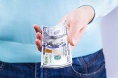 Um homem dá o dinheiro Imagem de Stock