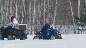 Um homem da floresta A do inverno que fixa o problema com carro de neve e a mulher que monta em torno dele video estoque