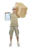 Um homem de entrega que traz um pacote Fotografia de Stock