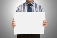 Um homem de negócio que prende o papel em branco Fotografia de Stock