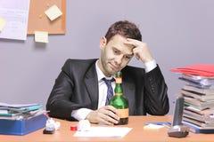 Um homem de negócios bêbedo fotografia de stock