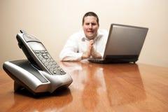 O homem de negócios implora por um telefonema Foto de Stock