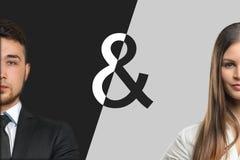Um homem de negócios e uma mulher de negócios em um fundo do contraste de cores preto e branco opostas foto de stock