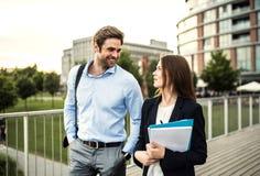 Um homem de negócios e uma mulher de negócios novos que andam em uma ponte foto de stock royalty free