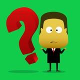 Um homem de negócios era confuso e ao lado dele há um ponto de interrogação Foto de Stock