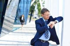 Um homem de negócios esperto na espera formal da roupa Fotos de Stock Royalty Free