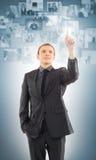 Um homem de negócios novo na roupa formal que mostra algo Fotografia de Stock