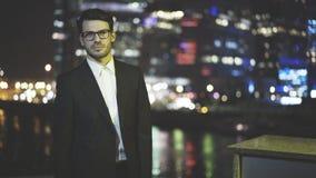 Um homem de negócios novo nos eyeglasess vestiu-se em um terno preto Fotos de Stock Royalty Free