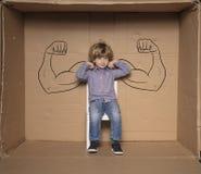 Um homem de negócios pequeno mostra suas forças durante uma entrevista de trabalho Imagem de Stock