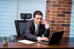 Um homem de negócios que fala em um telefone celular, homem de negócios que fala em t Imagens de Stock