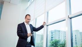Um homem de negócios que fala em um telefone celular, homem de negócios que fala em t Fotografia de Stock Royalty Free