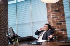 Um homem de negócios que fala em um telefone celular, homem de negócios que fala em t Imagens de Stock Royalty Free