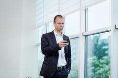 Um homem de negócios que fala em um telefone celular, homem de negócios que fala em t Fotos de Stock