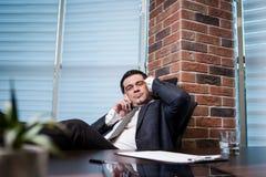 Um homem de negócios que fala em um telefone celular, homem de negócios que fala em t Imagem de Stock Royalty Free