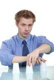 Um homem de negócios que faz um truque foto de stock