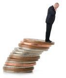 Um homem de negócios que olha sobre o penhasco fiscal Imagens de Stock Royalty Free