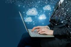 Um homem de negócios que opera-se com o sistema de trabalho do armazenamento de dados  imagens de stock royalty free