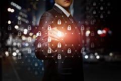 Um homem de negócios que opera-se com sistema de proteção imagens de stock