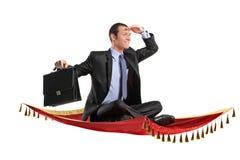 Um homem de negócios que prende uma mala de viagem Imagens de Stock