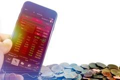 Um homem de negócios que usa um dispositivo móvel para verificar dados do mercado Imagem de Stock Royalty Free