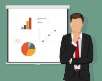 Um homem de negócios seguro bem sucedido que pensa sobre decisões Tela do projetor Cartas e conceito dos cálculos Imagens de Stock Royalty Free