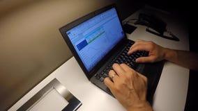 Um homem de negócios trabalha no computador na noite no hotel filme