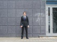 Um homem de negócios triguenho novo na roupa formal Fotos de Stock